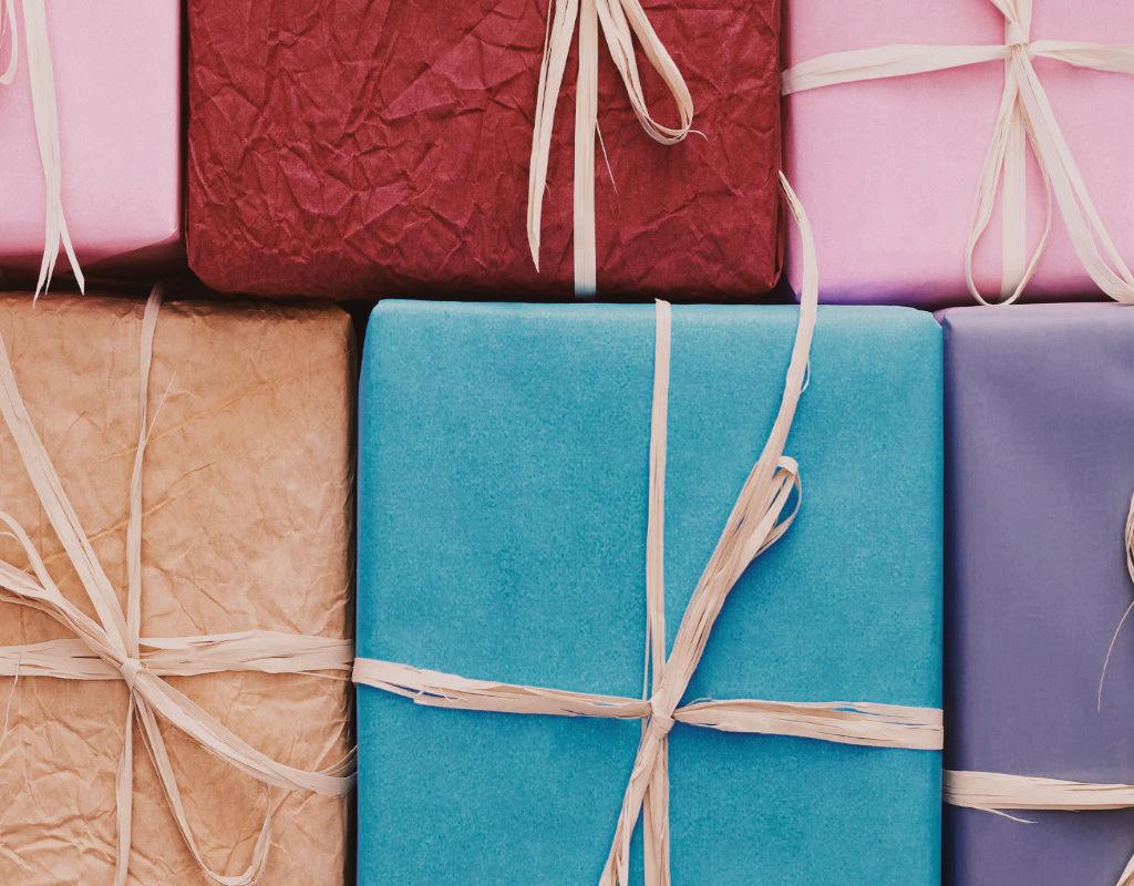 Give Aways Geschenke bunt eingepackte Pakete