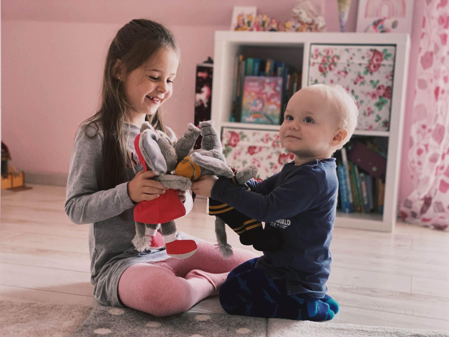 Qualität Mädchen und Baby spielen mit Plüschtieren im Zimmer