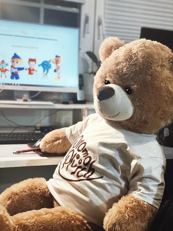 Willkommen Teddy mit Promo Plüsch T-Shirt am Schreibtisch
